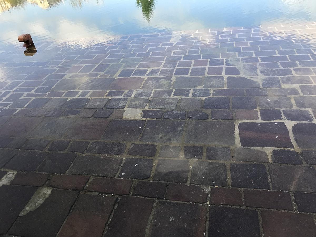 Pochi giorni di pioggia e per raggiungere la passerella galleggiante bisogna camminare sulle acque