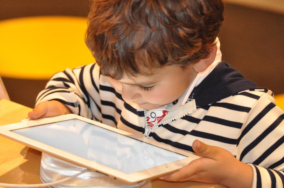 Rimbambire i bambini con la tecnologia: la videorubrica da non perdere