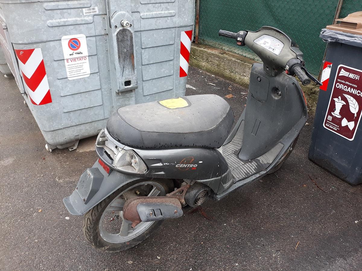 Il riciclo creativo: c'è uno scooter da smaltire