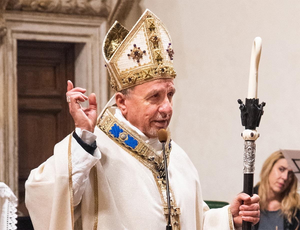 Insegne da abate per don Renzo Rossi