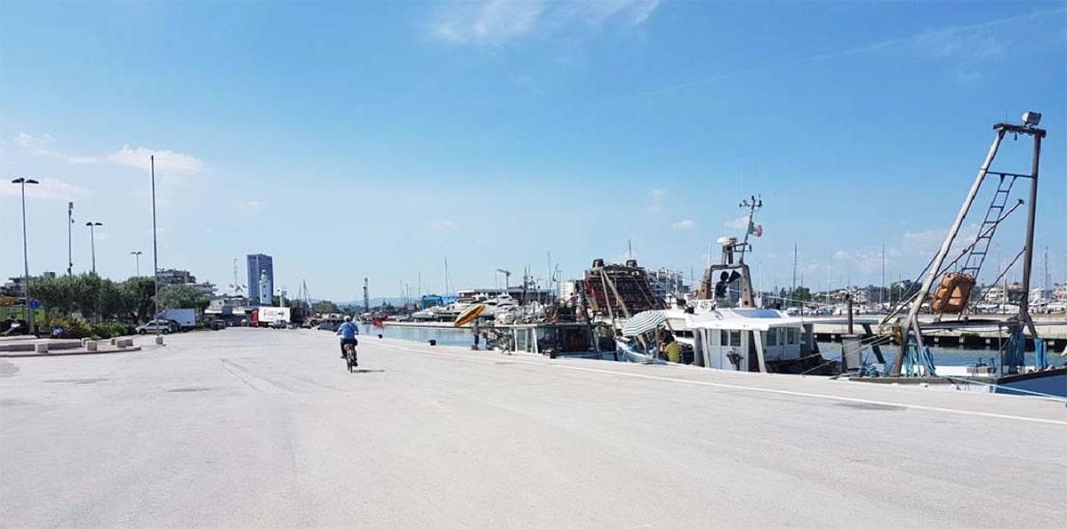 Il porto di Rimini si tinge di azzurro