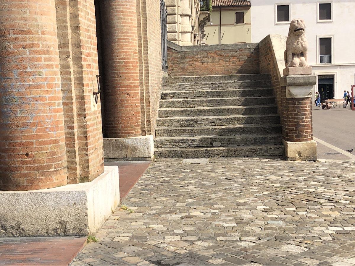 A proposito di decoro urbano: il centro storico ripulito dalle erbacce
