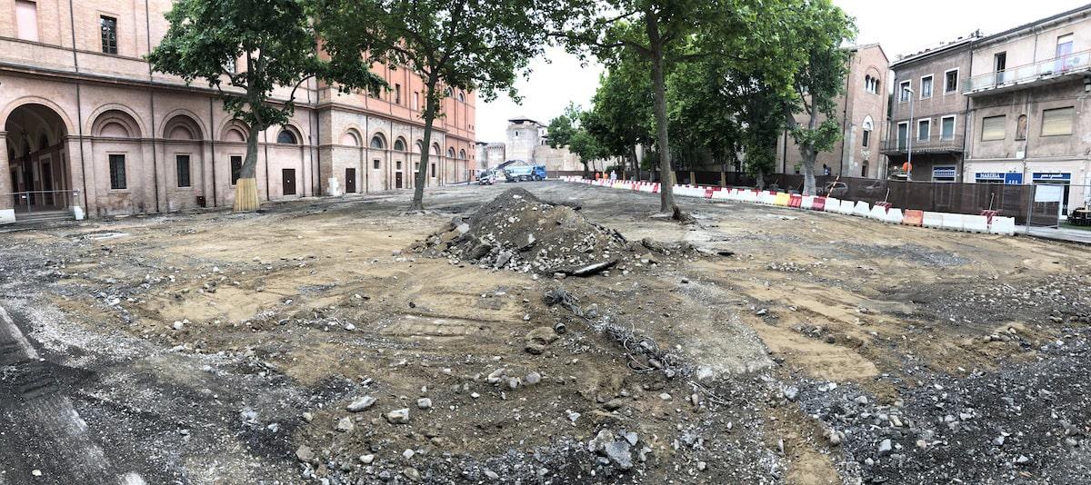 Piazza Malatesta senza pace: via anche l'antica pavimentazione