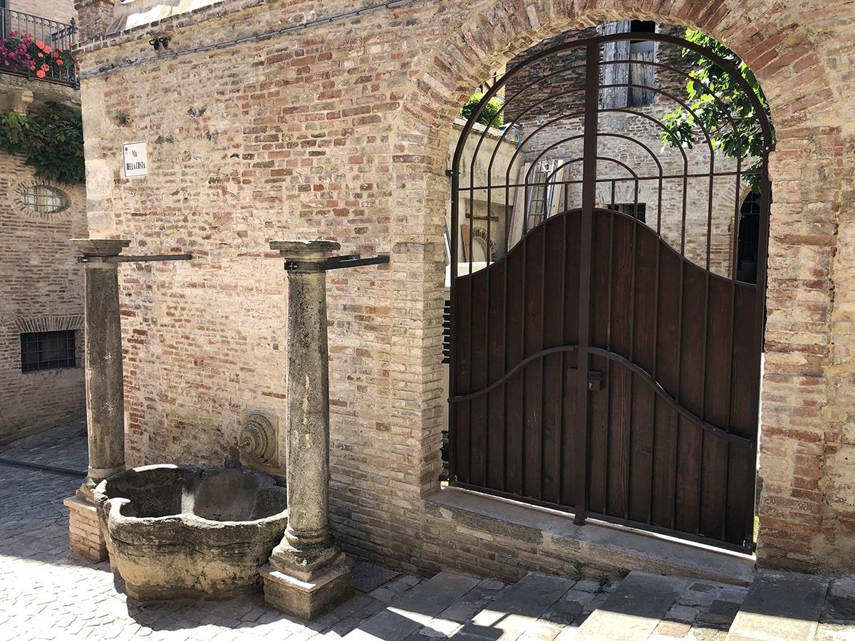 Santarcangelo: sono tornate le colonne dell'antico abbeveratoio
