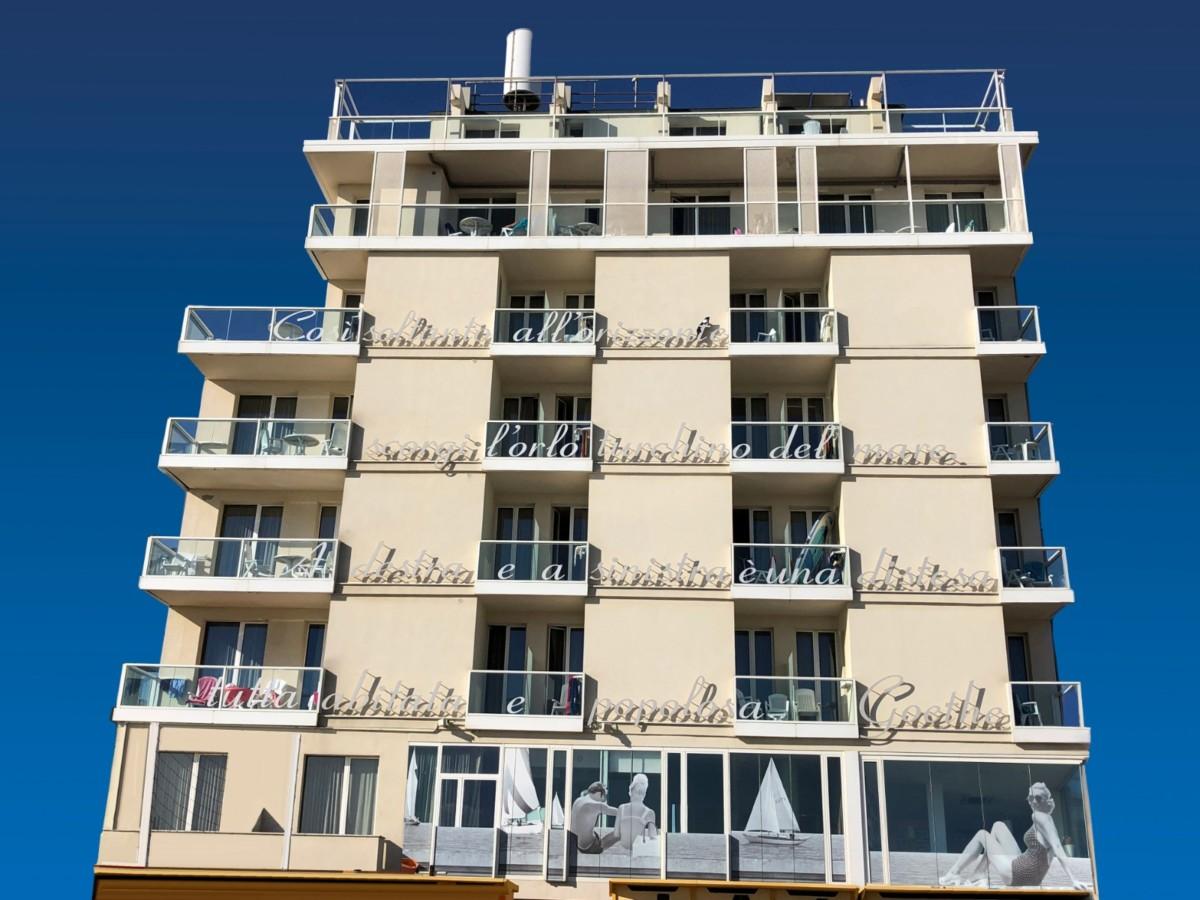 Sulla spiaggia di Viserba c'è il residence della poesia