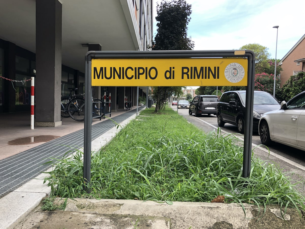 Da due anni in piena notte suona l'allarme del Comune: residenti di via Rosaspina con le orecchie alla Dumbo