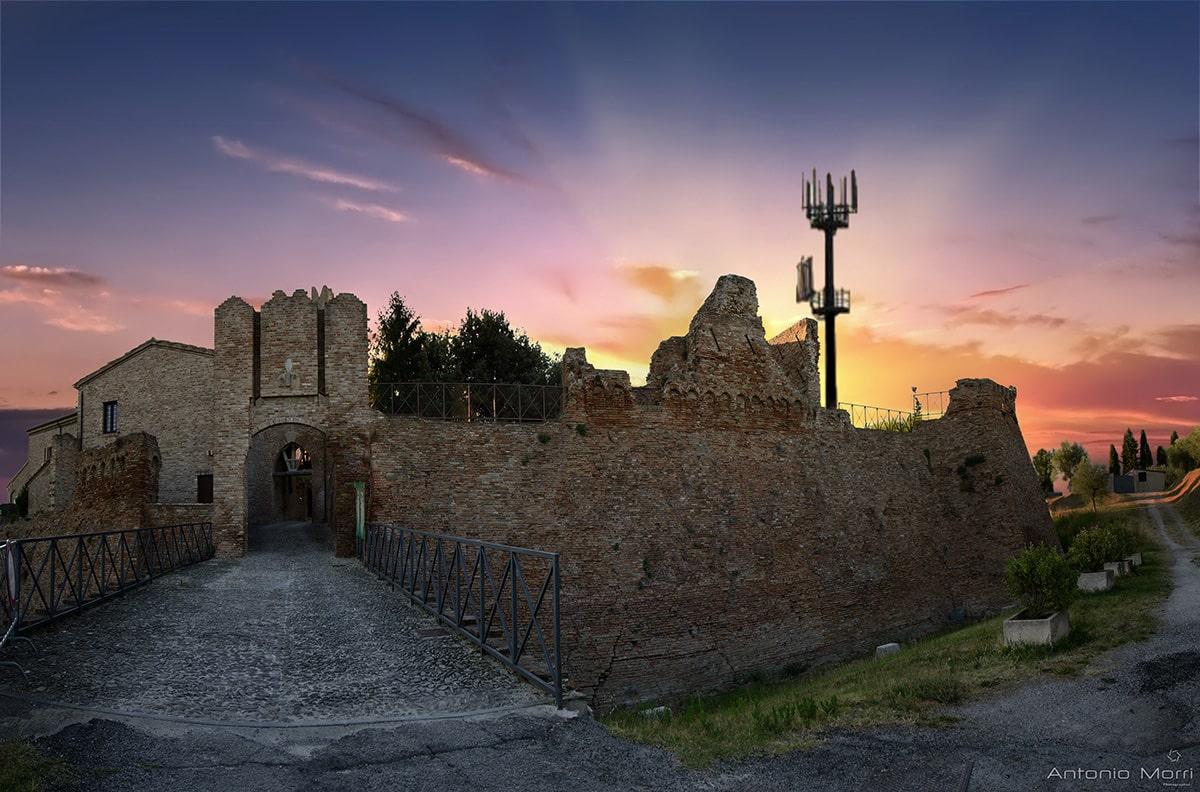 """""""Salviamo il castello di Coriano dallo scempio dell'antennone"""""""