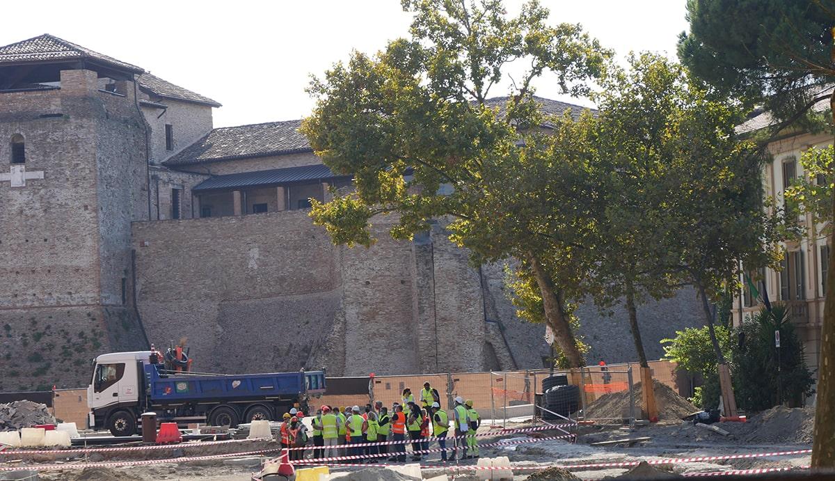 Commissione cultura sul cantiere e scoppia la rivolta contro la fellinizzazione di piazza Malatesta