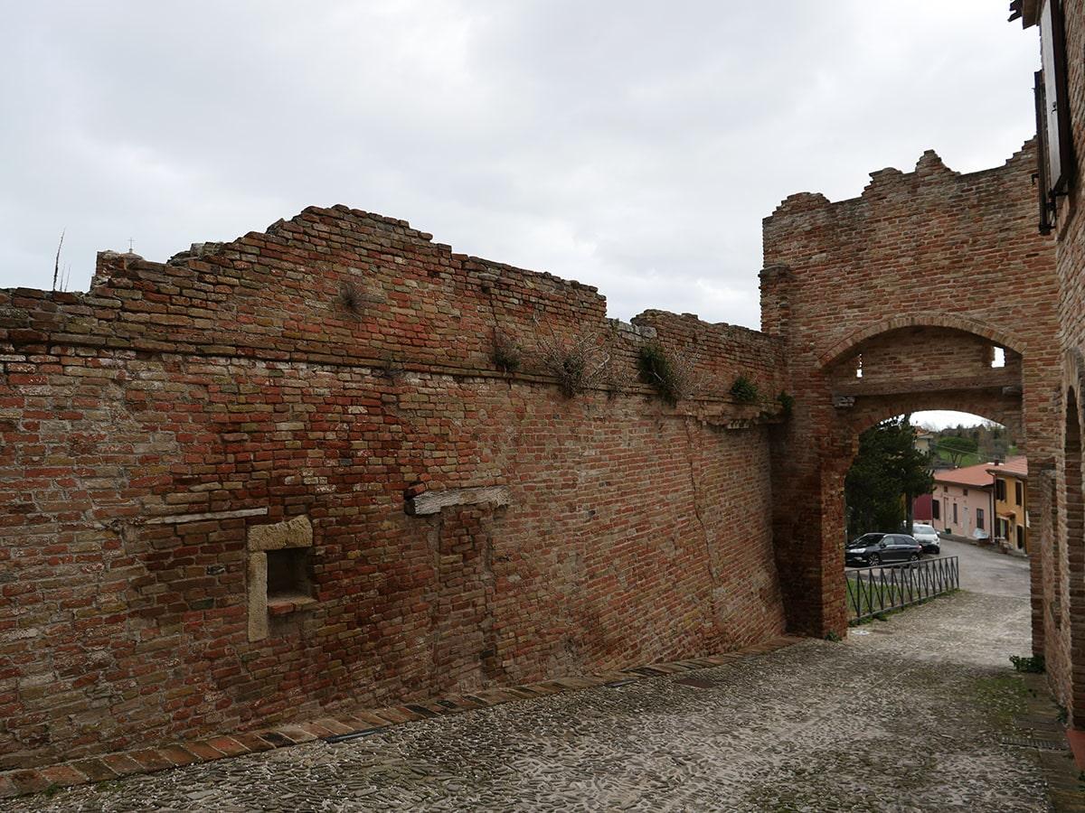 Castello Coriano: gli «sfregi» che nessuno sembra vedere