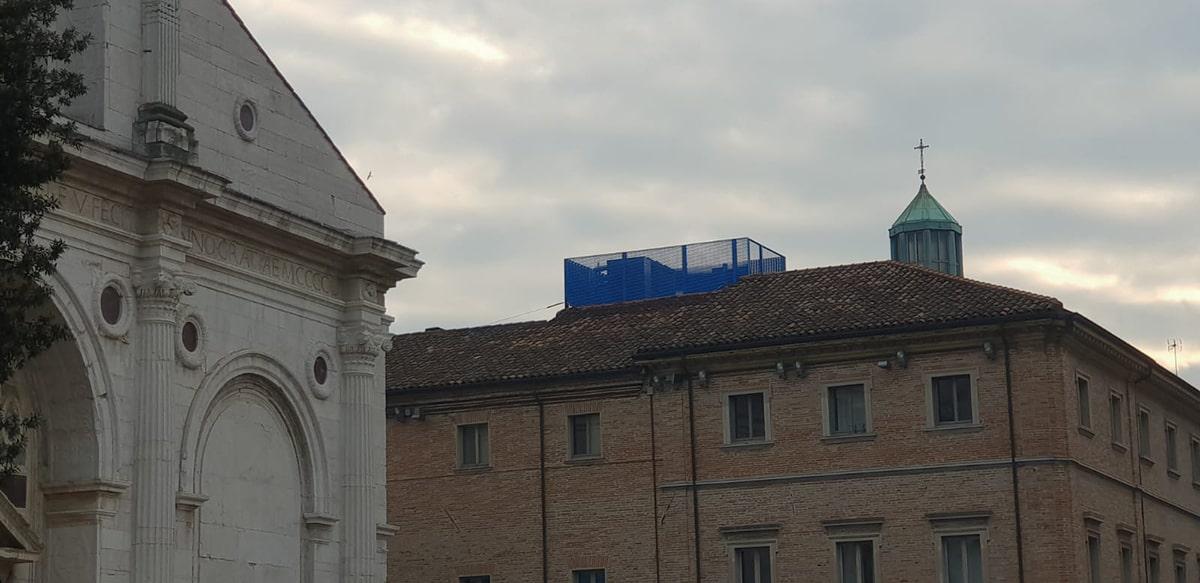 Che obbrobrio il «gazebo» blu elettrico di fianco al Tempio Malatestiano