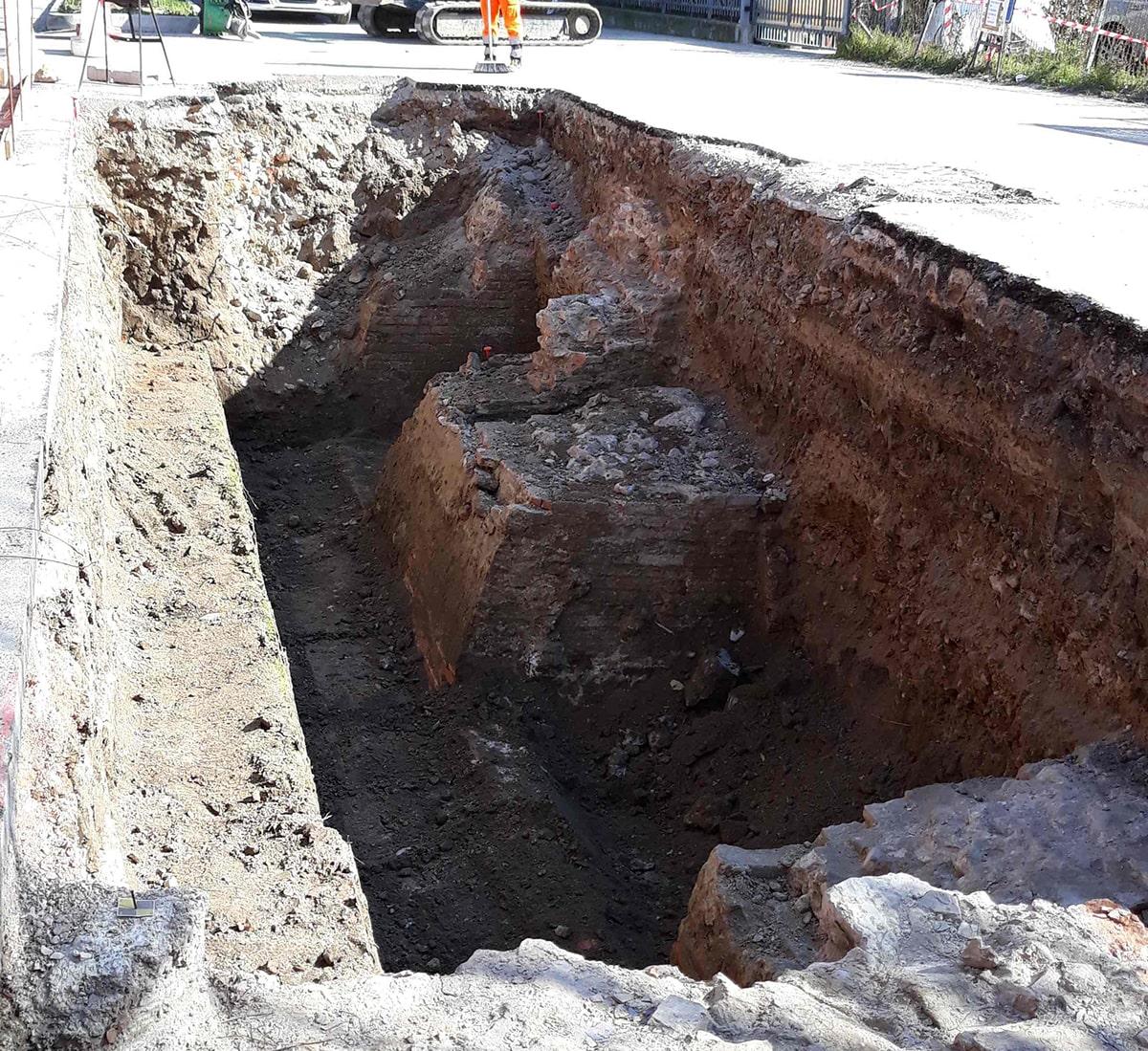 Si scava per realizzare l'isola ecologica e spuntano antiche mura