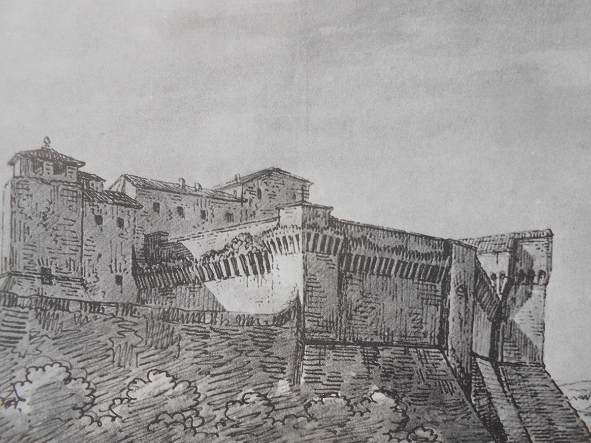I due muri medievali che dividevano in due il fossato della Rocca
