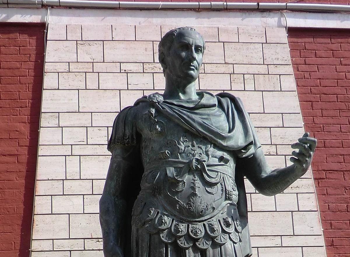La statua di Cesare ha la colpa di essere stata donata a Rimini da Mussolini