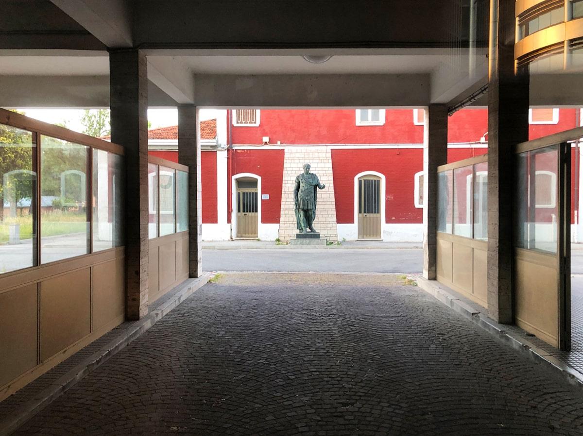 Rimini si mobilita per il ritorno di Giulio Cesare in piazza Tre Martiri