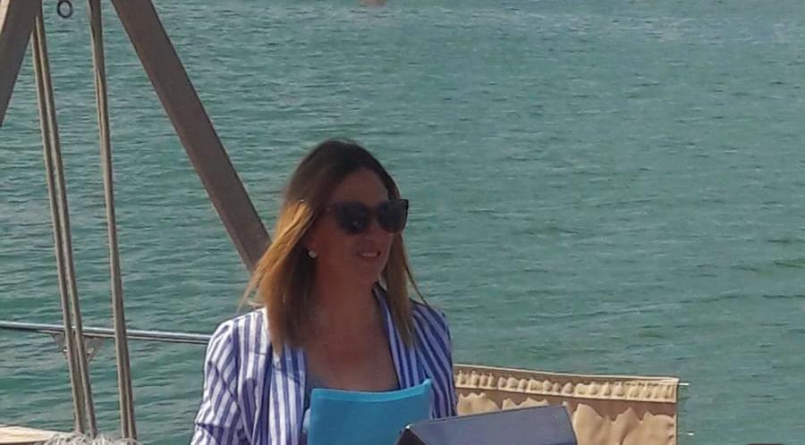 Gloria Lisi prende il mare