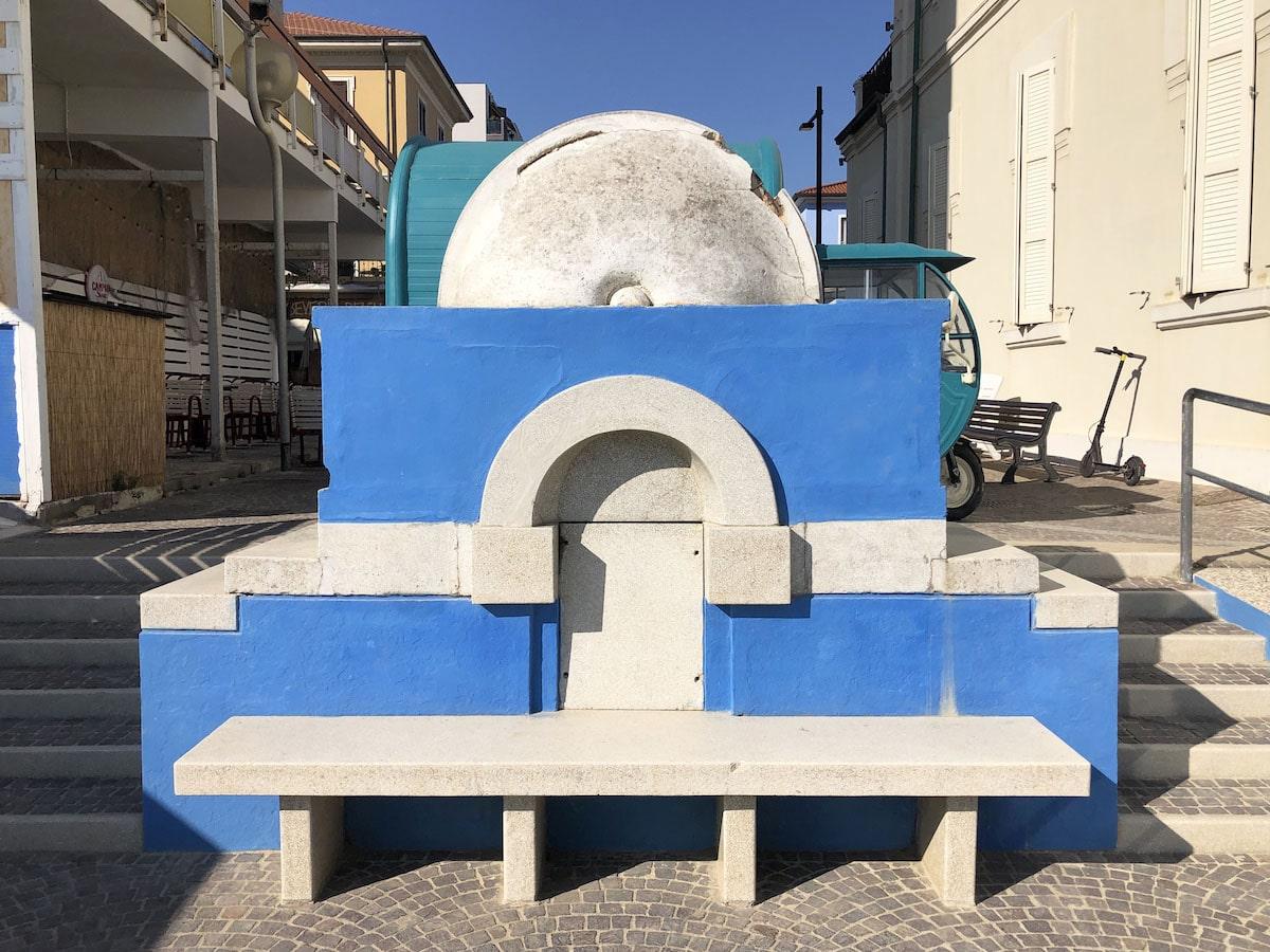 La fontana di Viserba ha bisogno di un restauro e non di cambiare colore ad ogni stagione